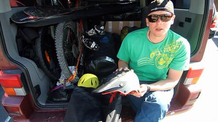 SPLITTER NYTT: Sweet lanserer hjelmer, beskyttelsesutstyr og bekledning for ihuga sti-, dirt-, og freeridesyklister neste sommer. Gøran Langgård viser fram noe av herlighetene.