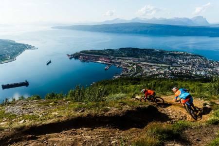 Fagernesfjellet: En av Narviks mest dedikerte syklister, Micke af Ekenstam, viser Janne Tjärnström vei ned utforløypa på Fagernesfjellet en solfylt augustdag. Nede i fjorden ses havna der jernmalm har blitt skipa ut i mer enn hundre år.