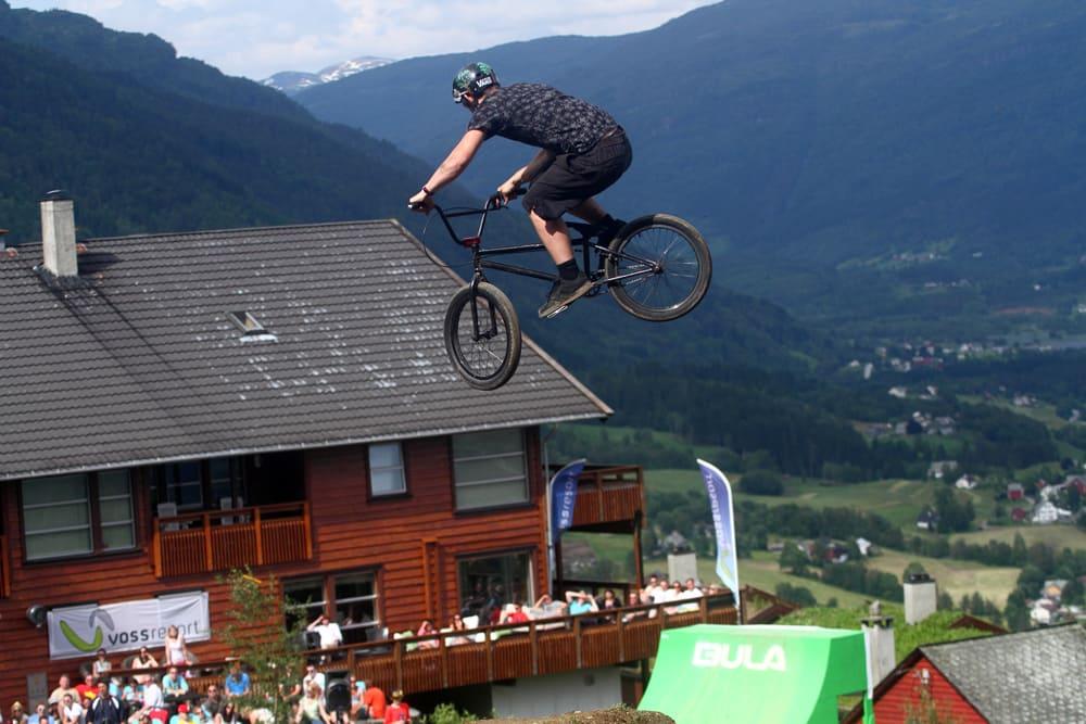 PÅ HJEMMEBANE: Arne-Christian Eide fra Bergen flyr høyt over slopestyeløypa han har bygd selv. Foto: Tore Meirik