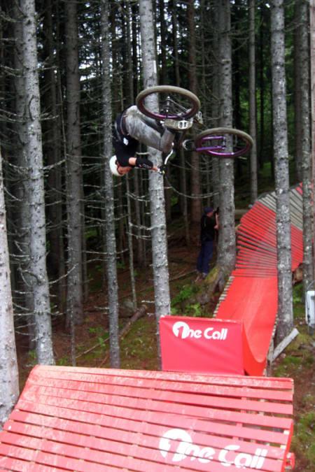 SNURREBASS: Adrian Tell gjorde ikke bare frontflips på hoppet ut av skogen. Her setter han en fet flatspin. Foto: Tore Meirik