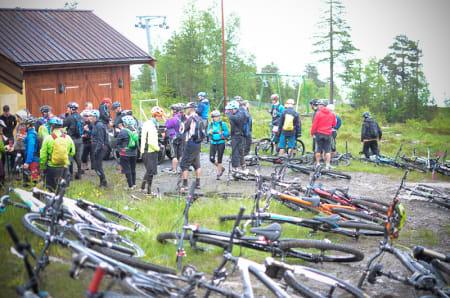 SAMLINGSSTUND: Med så mange stisyklister samlet er det ikke aktuelt å se an været før du drar ut. Foto: Henrik Alpers