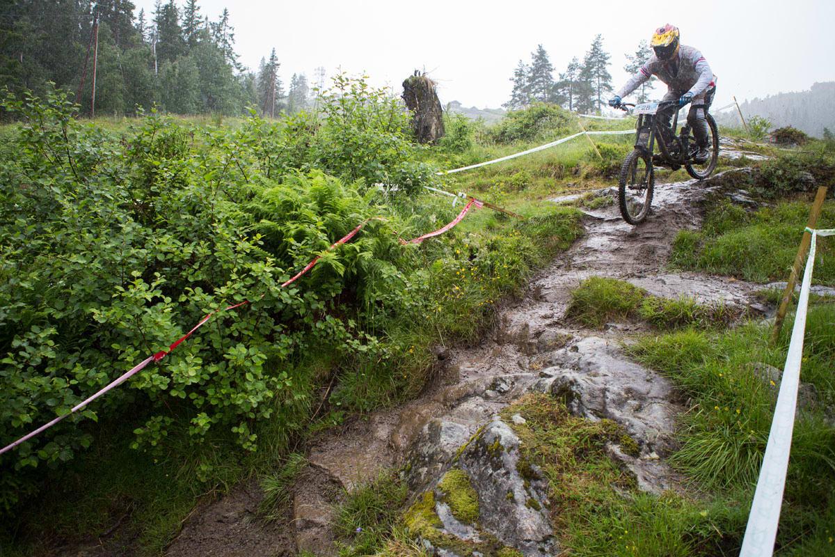 FLINK VETERAN: Øyvind Østvedt begynte med utforsykling i 1993, og en søndag sent i juni 2016 sykla han inn til Masters-seier på Voss. Foto: Tore Meirik