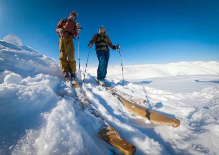 KLARE FOR NEDKJØRING Torje Bjellaas og Brit-Siv Fimland på toppen av Syskardsnipa. Foto: Torje Bjellaas