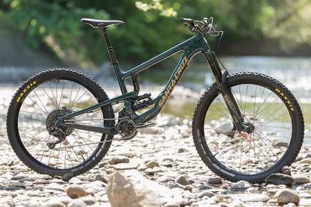 UTFORRIGG? Santa Cruz Nomad har klare visuelle likhetstrekk med langt grovere sykler. Foto: Kristoffer Kippernes