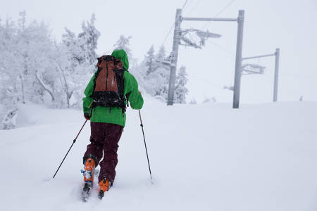 TEST: Her er Henning Reinton på tur opp et stengt skisenter i Valdres. Buksa på bildet er Patagonia Pow Slayer. Navnet passet for anledningen godt til føret. Foto: Hans Petter Hval