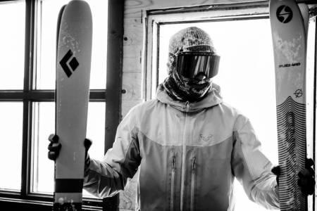 EI SKI Å HOLDE I: Mye av skitesten går ut på å bære og holde på ski. Henrik Ulleland med et godt grep om Black Diamond og Blizzard. Bilde: Martin Innerdal Dalen