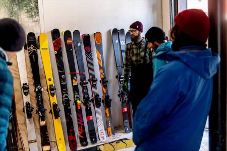 ALLSIDIGE FRIKJØRINGSSKI: Testlaget med Tore Meirik (t.v.), Espen Rogne, Erlend Sande og Henrik Ulleland diskuterer flere av skiene. Foto: Vegard Breie