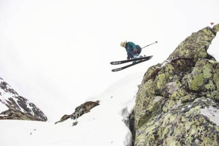 TEST AV FRIKJØRINGSSKI: Fri Flyt har testet flere av sesongens frikjøringsski for damer. Foto: Kalle Hägglund