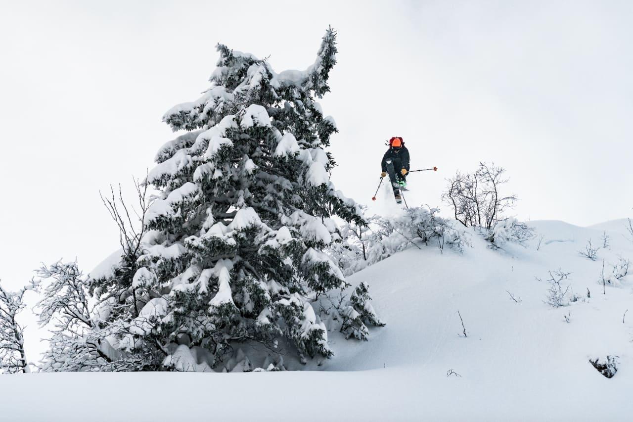 OPP OG NED: En topptursekk må også være med på nedturen. Her fra typisk testdag på Østlandet i vinter. Dessverre gjør ikke den lette sekken noe med skiføringen til redaktøren. Bilde: Bård Basberg