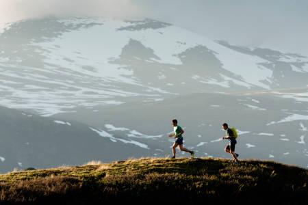 I STEGET: Erlend Sande og Tore Meirik tester terrengløpesko på myk fjellsti. Foto: Martin I. Dalen