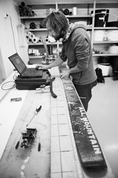 MÅLING: Tidenes skinerd, Endre Hals, måler og flekser for å finne Moonlight-skienes nøyaktige spesifikasjoner. De veier 126 gram mer enn reklamen påstår. Flekstesten viser at de er litt stivere enn gjennomsnittet unntatt i tuppen. Foto: Tore Meirik