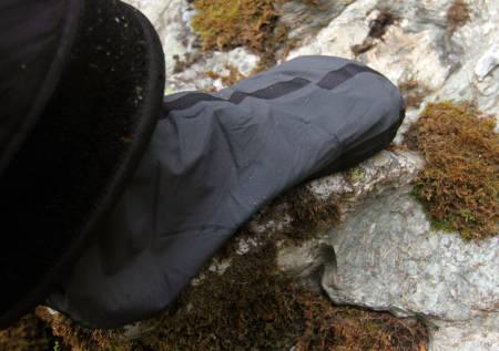 SOKKER: Integrerte sokker hindrer vann i å komme inn ved beina. Men de hindrer også vann som kommer inn andre steder i å komme ut.