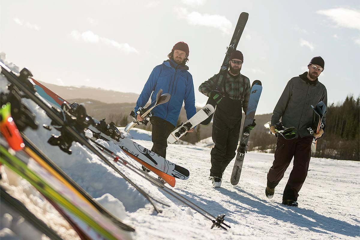PÅ JOBB: Henrik Ulleland, Espen Rogne og Henning Reinton koser seg med å bære allsidige frikjøringsski i store mengder. Bilde: Vegard Breie