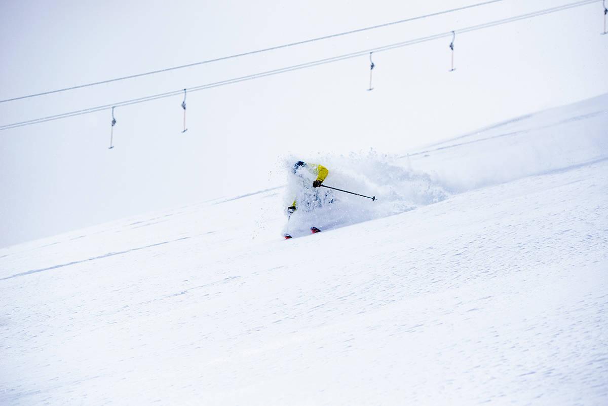 GOD SOMMER: Dette bildet av Henrik Ulleland som prøver brede toppturski ble tatt 28. mai på Galdhøpiggen sommerskisenter. Ganske relevant sommersnø kan man vel si. Foto: Martin I. Dalen