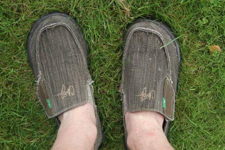 DEILIG: Disse beina koser seg glugg ihjhel i det vi mener kan være verdens mest behagelige sko (ikke sandaler).