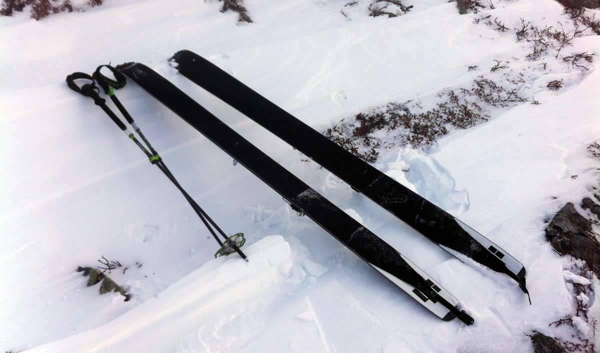 PÅ TUR: Like før fellene skal av og nedkjøringa kan begynne. Selv om begge bakfestene var løse på mesteparten av oppturen, sitter fellene godt på skiene. Foto: Tore Meirik