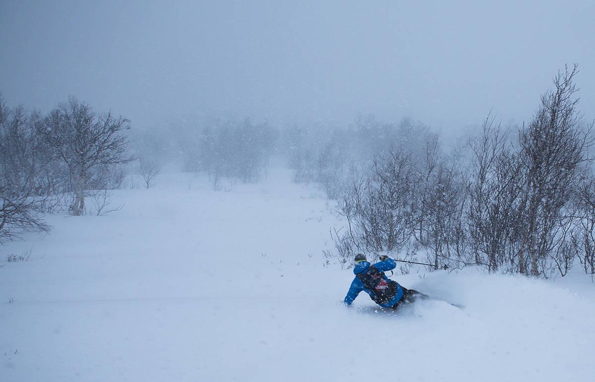 LIKER DET TOPPLØST: Når det er snøstorm i Storlidalen bør du holde deg langt unna toppene. Kjør heller laps i skogen, slik Markus Nilsen gjør her, en snøværsdag i desember 2013.  Bilde: Tore Meirik