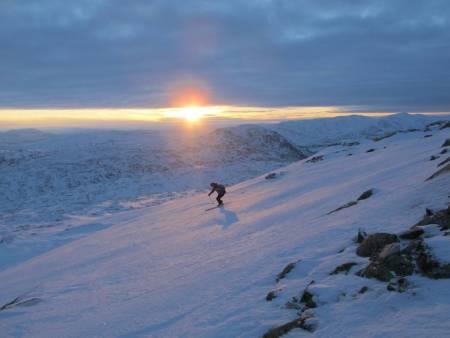 TIDLIGSNØ: Når snø og vær klaffer tidlig på sesongen (eller sent på høsten!) byr fjellet på fantastiske opplevelser i ekstra fint lys. Fra Mannfjellet i Meråker. Foto: Bård Smestad