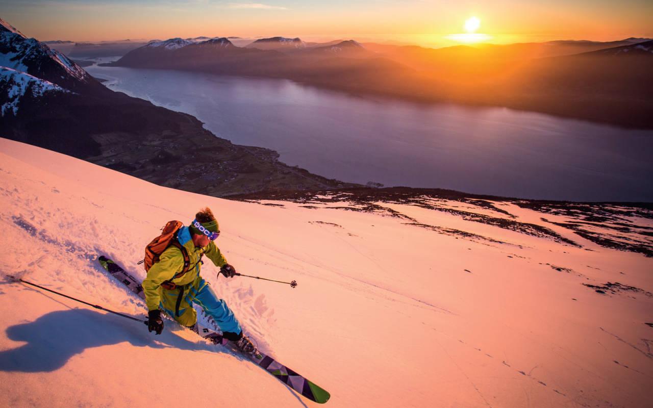 DAGENS SISTE LYS: Olav Vartdal Viddal nyter solnedgongen på Sæsshornet 838 moh, Vartdal etter en lang arbeidsdag. Klokka er 20.47 den 20.april 2015.