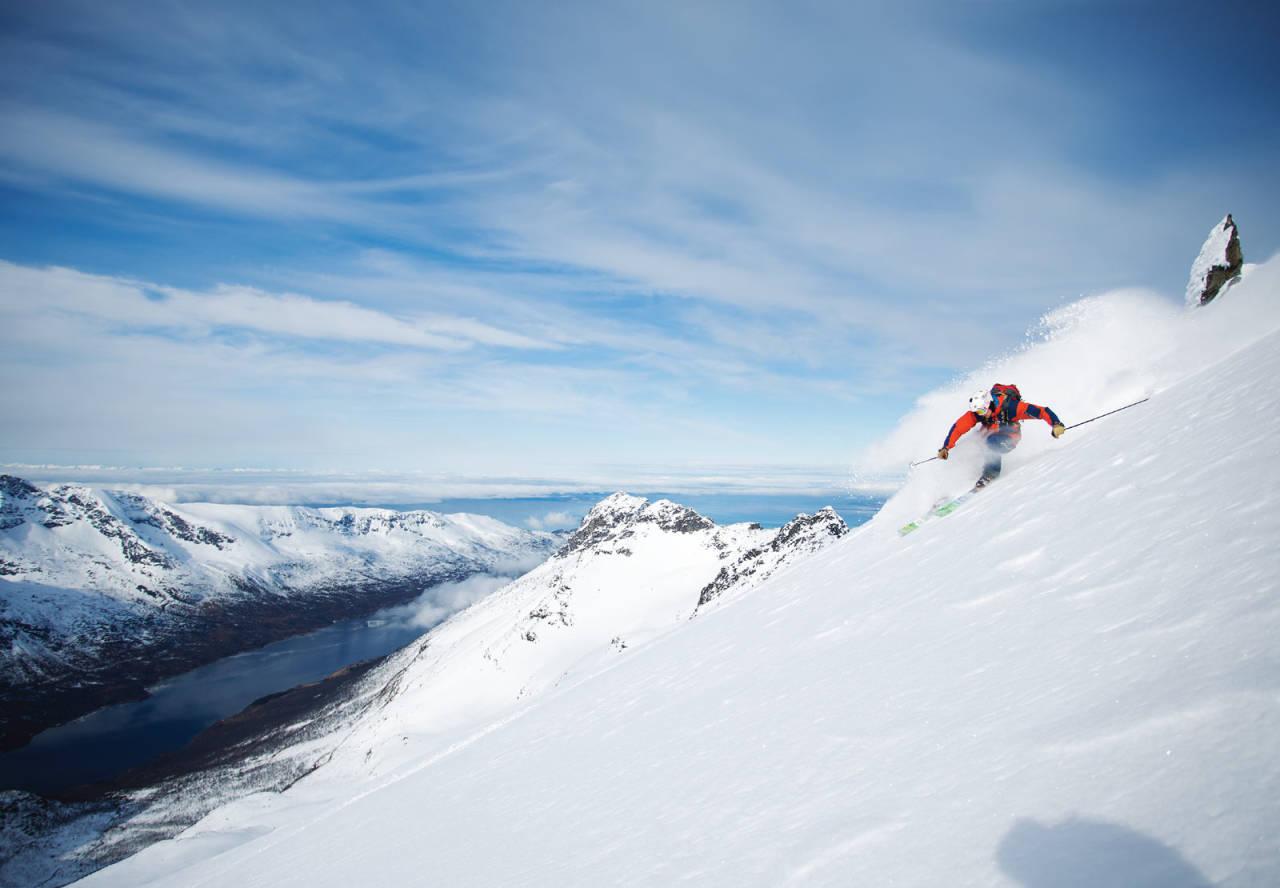 LANGLITINDEN: Asbjørn Hellås setter fart på vei ned fra Skandinavias høyeste øyfjell – som ligger på Nord-Europas mest fjellrike øy. Straumsbotn er fjorden i bakgrunnen, som nesten deler toppturparadiset Andørja i to.
