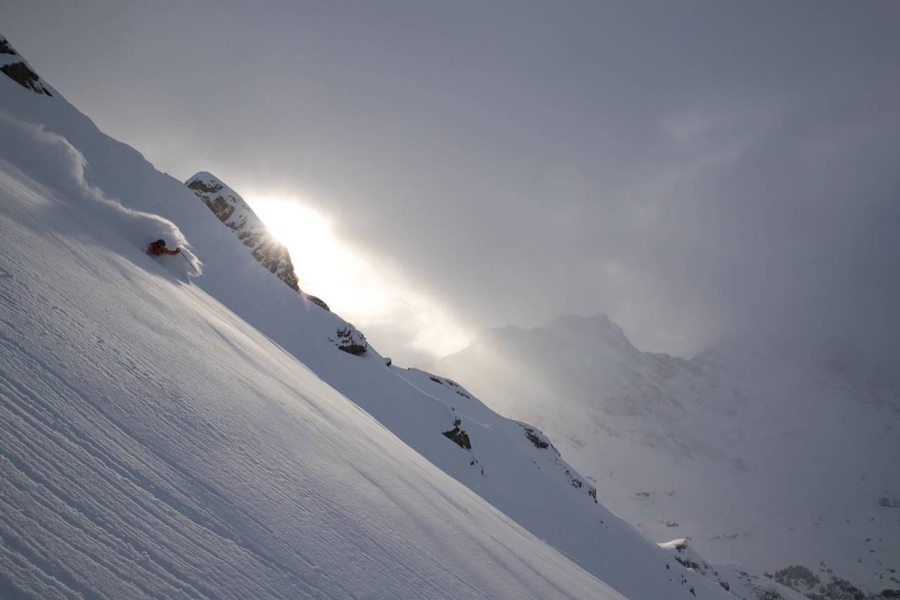 SVEITS: Mye er klassisk Engelberg i dette bildet: Det viser nemlig svenske Johan Jonsson som kjører nydelig snø i Laub, fotografert av en svenske, som også bor i byen. Foto: Oskar Enander