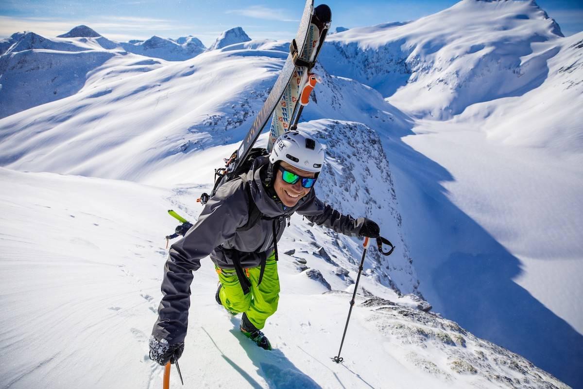 Turguide Asbjørn Eggebø Næss inviterer seks skifrelste på Nordvestlandets indrefilet med turen «Omvegen til Helvetestinden» i mai. Foto: Terje Aamodt