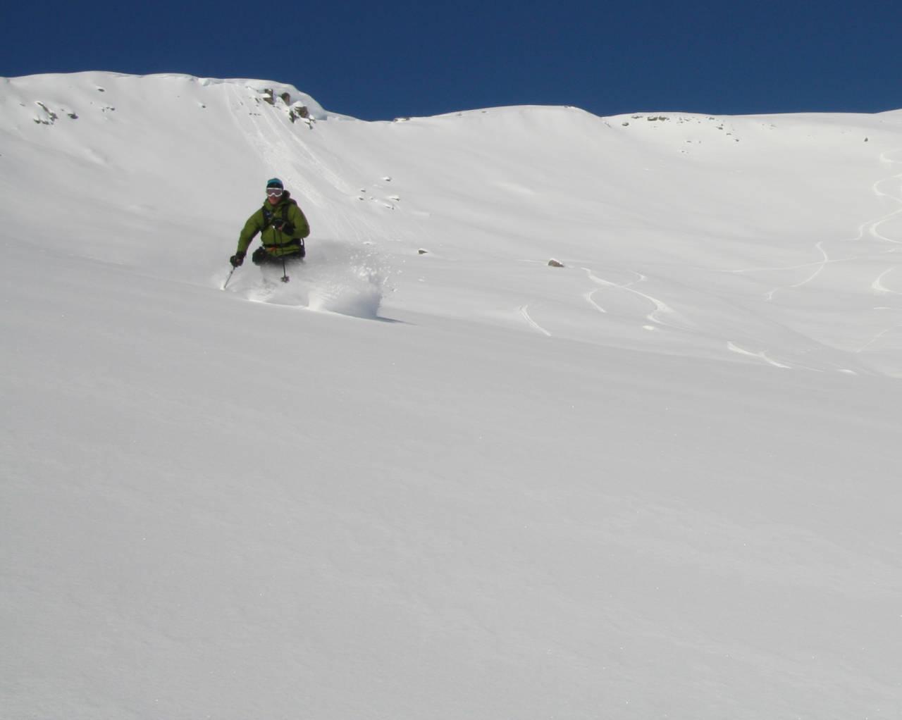 REKORDOKTOBER: Kirketaket 13. oktober hadde beste snøen i 2009! Nils Nielsen og mange flere forstod hva nordvesten bragte med seg og utnyttet første finværsdag. Foto: Halvor Hagen