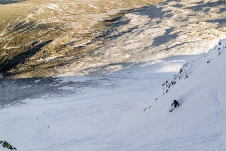 RENNEKJØRING: Magnus Hovden Utkilen på vei ned den første renna på Gaustatoppen. Foto: Øyvind Waitz