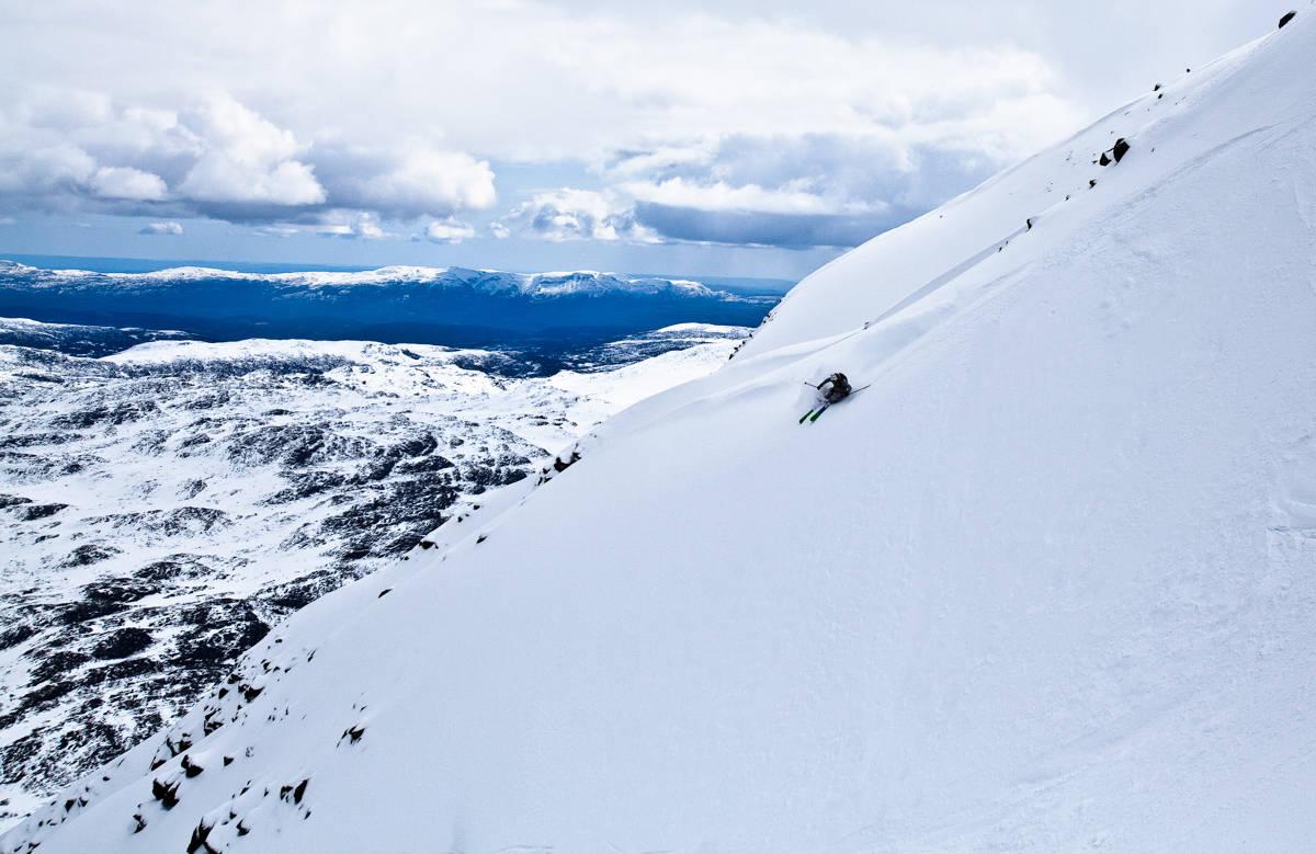 SNØR: Fredrik Luytkis, som kjører på Gaustatoppen på dette bildet, vil ikke anbefale å kjøre ski der i helga. Her fra en tidligere anledning. Foto: Christian Nerdrum