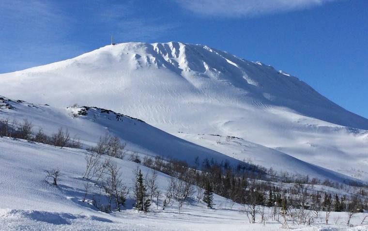 NÆRE PÅ: Tre personer ble tatt i snøskred på Gaustatoppen den siste dagen i mai. Heldigvis ble ingen alvorlig skadd. Arkivfoto: VisitRjukan