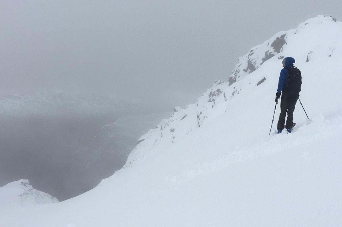FØRSTE SKIKJØRING: Marius Gamlem gjør seg klar til sesongens første skikjøring. Foto: Andreas Strand Helland