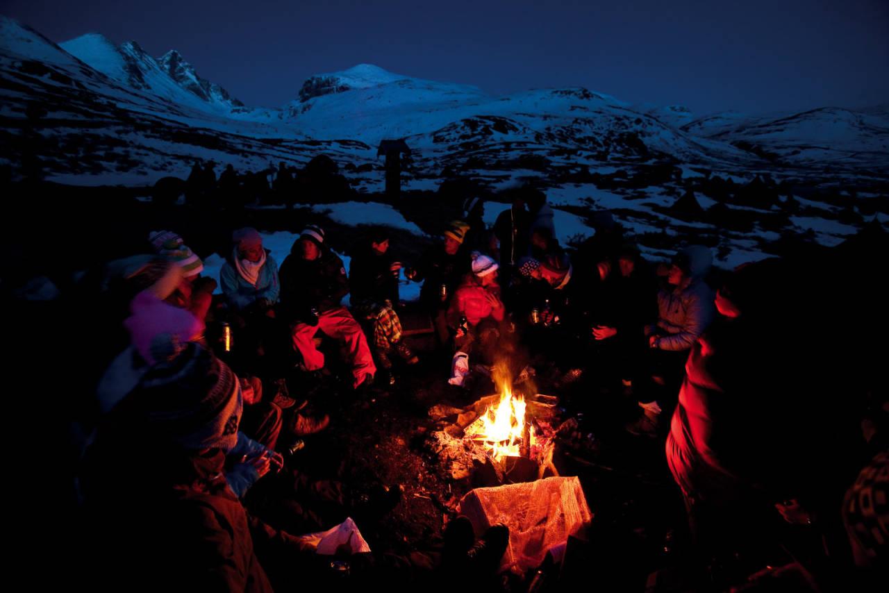 SAMLING VED LEIRBÅLET: På High Camp er det vanskelig å si hva som er viktigst. Å treffe venner eller dra på skiturer i de spisse og vakre Hurrungane. Store Skagastølstind troner oppe til venstre.