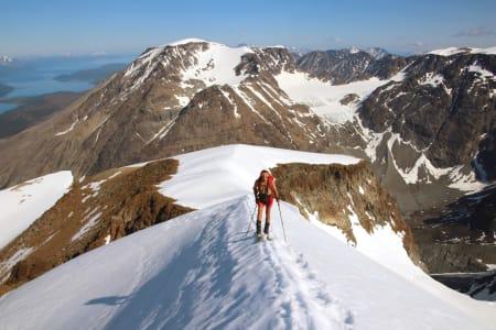 JIEKKE I JULI: Ingen sommer uten ski. Her er Espen Nordahl på vei mot Jiekkevarri. Foto: Privat