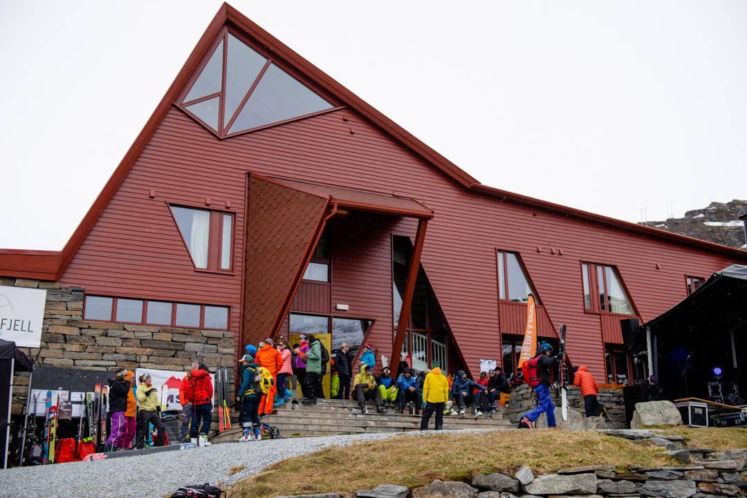 AVFØRING: Inngangen til Turtagrø Hotell var mildt sagt ikke fin da de skulle åpne etter vinteren. Her fra et tidligere High Camp-arrangement. Foto: Martin I. Dalen