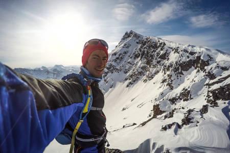 HJEMME: Kilian høyt til fjells, med Skjervan i bakgrunnen. Foto: Kilian Jornet