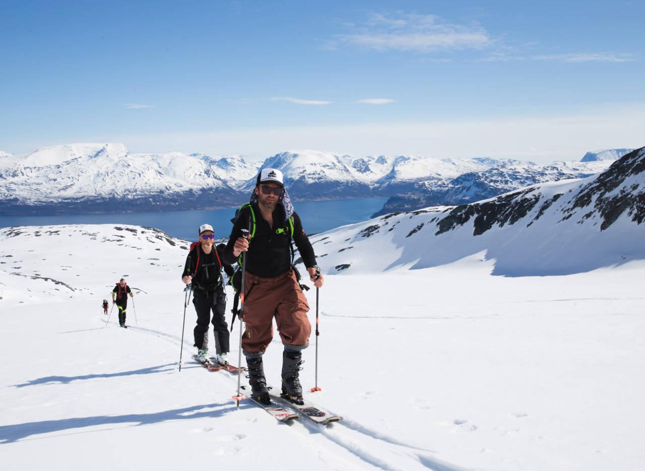 FJELLFASHION: Amerikanske Alex Hunt tar i bruk den norske varianten av Do-rag, en såkalt sognegardin, på vei opp til Kjostind.