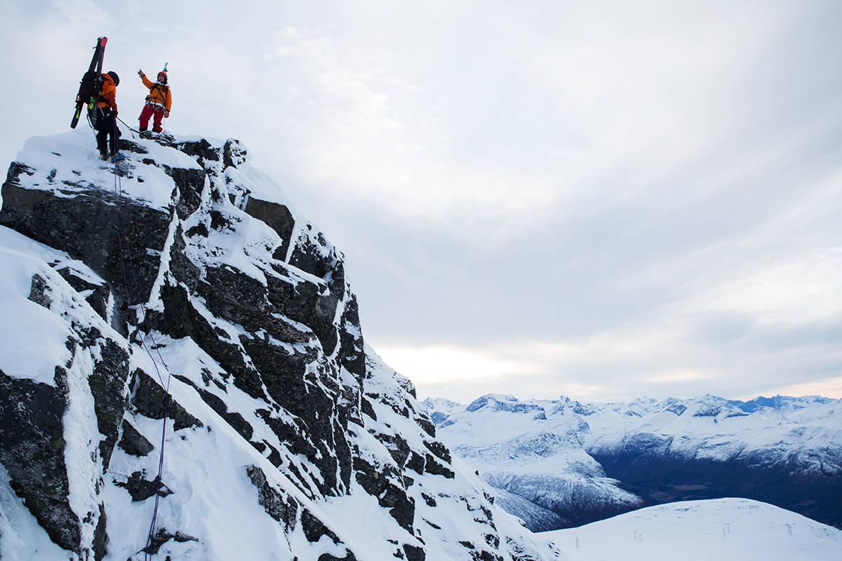NOVEMBERLYS: Jeg klarte på ingen måte å forevige den nydelige himmelen på noe bilde. Men uansett, her er altså Ingvild Farstad (i tauet) og Tonje Elise Nordgård på vei ned den siste rappellen på ryggen mellom Troll- og Åbittind på Nordmøre. Romsdalsfjella og Trollveggen i bakgrunnen. Foto: Tore Meirik