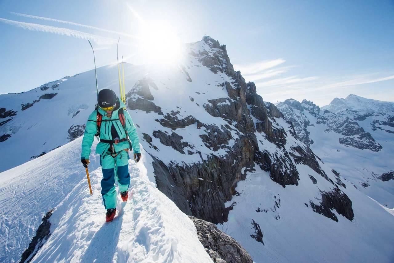 RYGG NUMMER EN: Lorraine Huber spaserer bortover ryggen med Klein Titlis i bakgrunnen. Deler av ruta på Titlis rundt går nede til høyre for toppen bak. Bilde: Tore Meirik