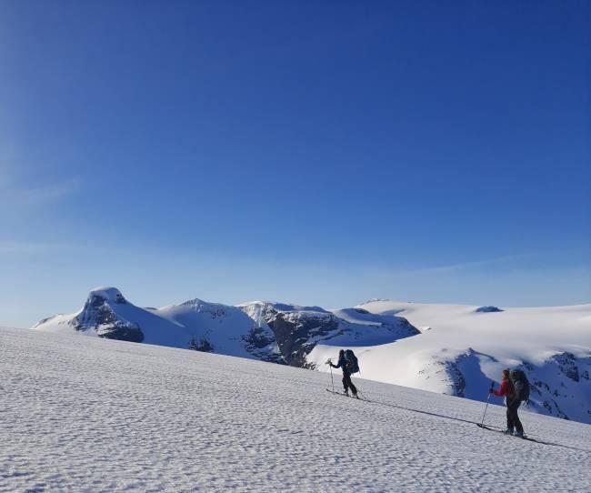 På tur langs Tindefjellsryggen fra Skåla til Lodalskåpa