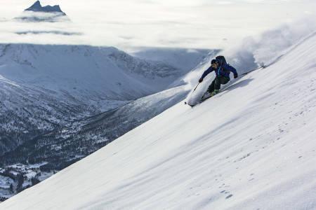 FOR SVINGENDE: En lykkelig lodge-eier setter løssnøsving med Romsdalshornet i bakgrunnen. Foto: Sveinung Svendsen