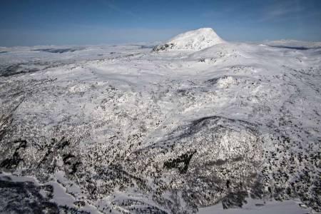 Stortuva sett fra sørvest. I bakgrunnen ruver Ramsgjeltinden (1234 moh). Foto: Torgeir Kjus. / Trygge toppturer.