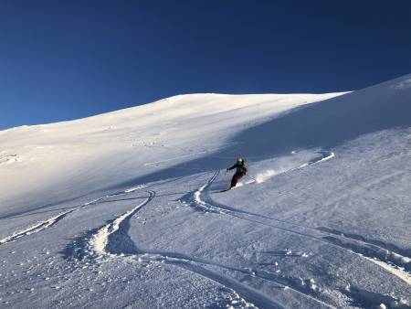 Julia nyter den deilige snøen! Foto: Lisa Kvålshaugen Bjærum