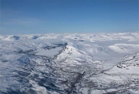 Skørsnøse sett fra nordøst. Skianlegget Tyin-Filefjell til venstre. Foto: Marte Stensland Jørgensen. / Trygge toppturer
