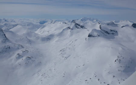 Storebjørn er kanskje den toppen i Jotunheimen som er mest besøkt med toppturski. Fra toppen har du fantastisk utsikt mot Hurrungane, og du kan se starten på de vestlandske fjordene. Foto: Marte Stensland Jørgensen / Høgruta i Jotunheimen.