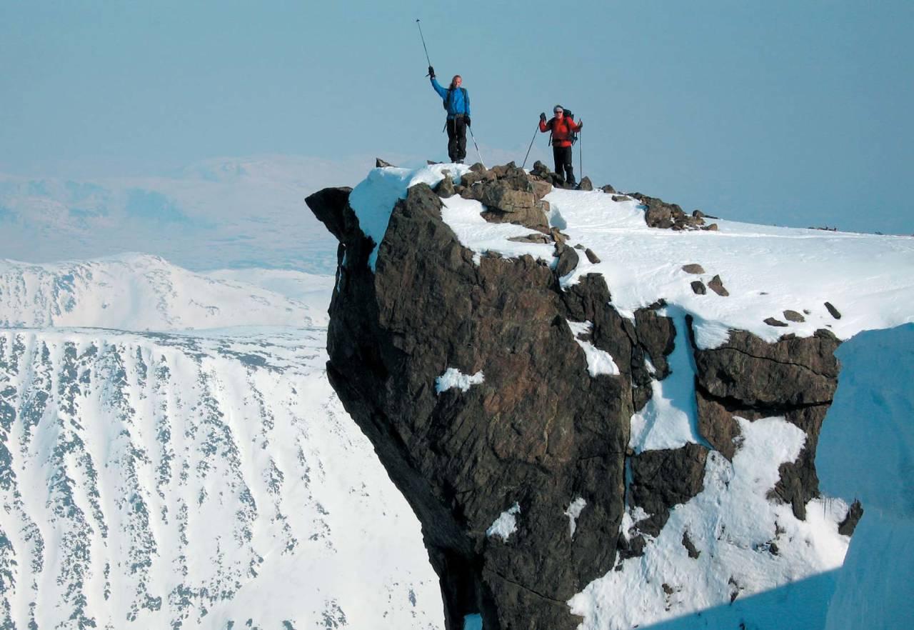 Brynjar Fleten og Dag Nilsen nyter utsikten fra fortoppen på Bredalsfjellet. Foto: Kjell Søiland. / Toppturer i Troms.