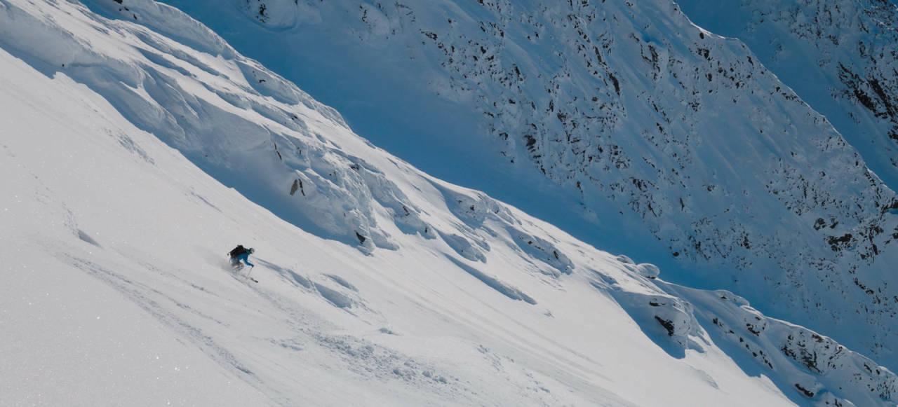 Lars Johnsgård Jensen gir full gass på vei ned fra Imagiasi Foto: Halvard Nordbrøden Bildetekst: Foto: Eivind Smeland. / Toppturer i Troms.