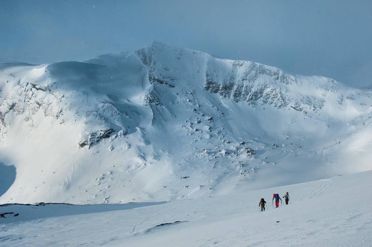 JP Auclair, Andreas Fransson og Mikael af Ekenstam går opp mot Gangnesaksla en tidlig aprilmorgen. Meraftestinden vises i bakgrunnen. Foto: Daniel Rönnbäck / Toppturer rundt Narvik.