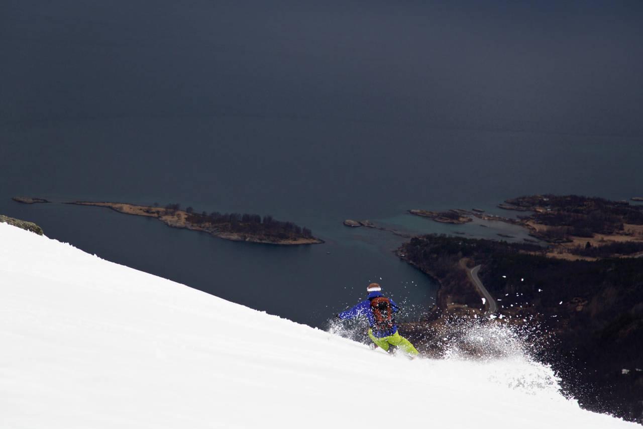 Mikael Engblom, formgiver av opprinnelig topptursbok for Narvik, gir gass fra Rånkeipen og ned mot fjorden. Foto: Fredrik Schenholm/Pure Freeridecamp / Toppturer rundt Narvik.