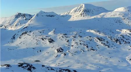 Rienatčohkka fra sørvest. Topp 1871 på Storsteinsfjellet vises til høyre i bildet. Foto: Rune Dahl / Toppturer rundt Narvik.