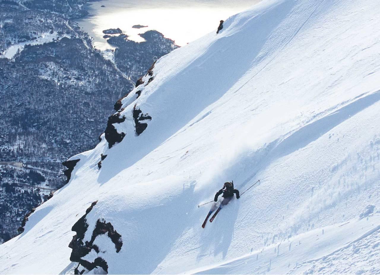 Mikael af Ekenstam på øvre del av Segeltindens fine nedkjøring. Foto: Lars Thulin / Toppturer rundt Narvik.